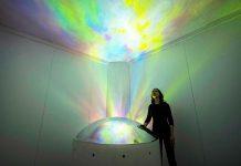 Jessica Lloyd-Jones na instalação 'Particles'