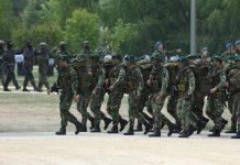 Militares em marcha