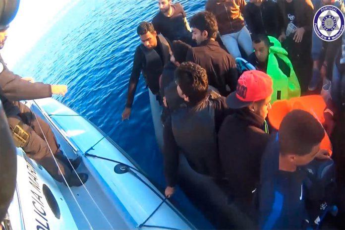 Policia Maritima Portuguesa resgata migrantes do Mediterrânio
