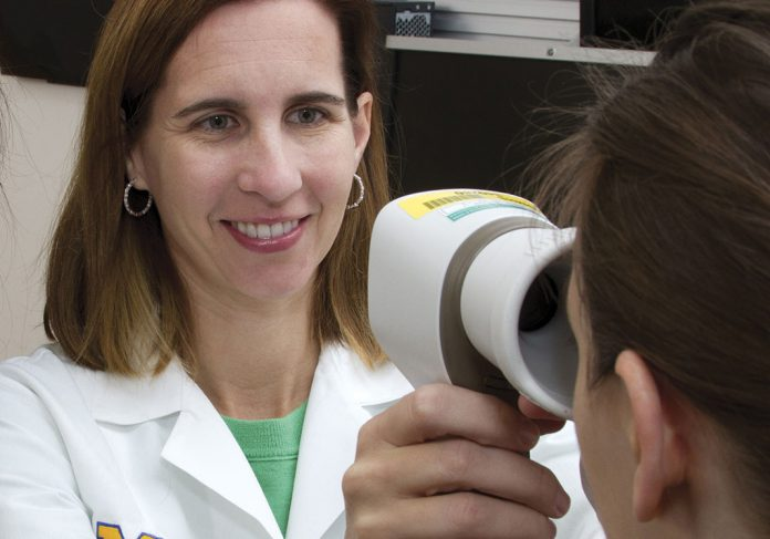 Maria Woodward examina paciente.