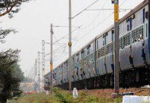 Comboio descarrila na Índia e causa mais de uma centena de mortes