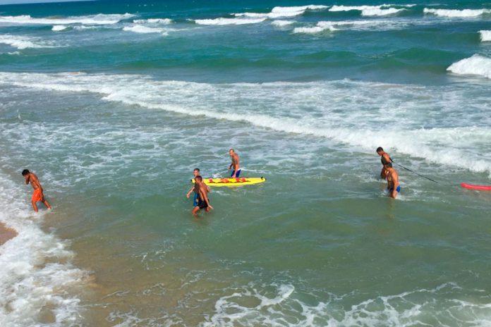 Salvamento de banhista na praia da Ilha do Farol