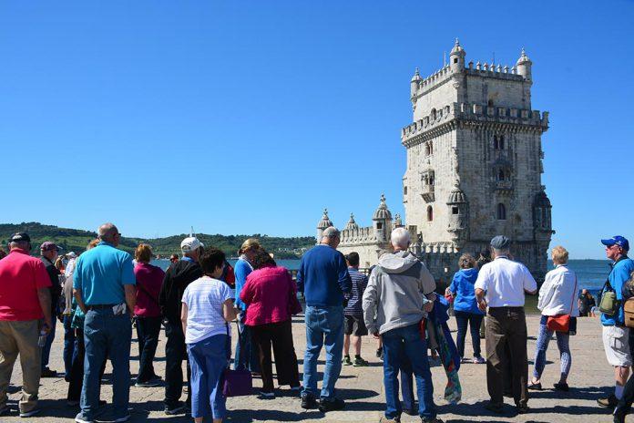 Turistas junto à Torre de Belém, Lisboa