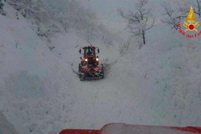 Vários sismos abalam Itália e avalanche de neve soterra hotel