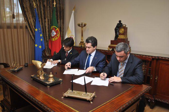 Assinatura do protocolo. Da esquerda para a direita, Pedro Pimenta Braz, Inspetor-geral da ACT, Fernando José, Subdiretor-geral da DGERT e Luís Ribeiro, presidente da ANAC.