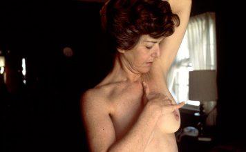 Mulher a executar um autoexame de cancro da mama