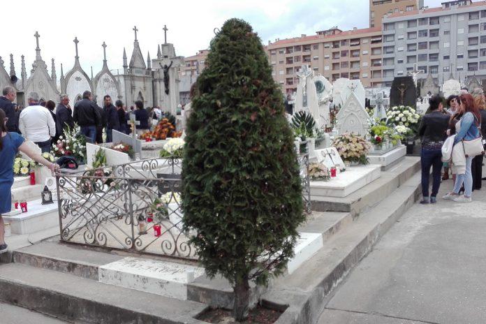 Dia de Todos-os-Santos leva muitos aos cemitérios para homenagear os já falecidos