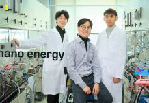 Da esquerda estão Junyoung Kim, Guntae Kim e Ohhun Gwona na School of Energy and Chemical Engineering do UNIST