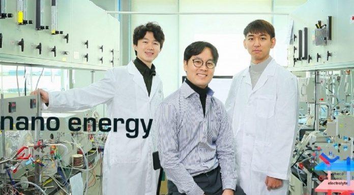 Da esquerda estão Junyoung Kim, Guntae Kim e Ohhun Gwona na School of Energy and Chemical Engineering do UNIST