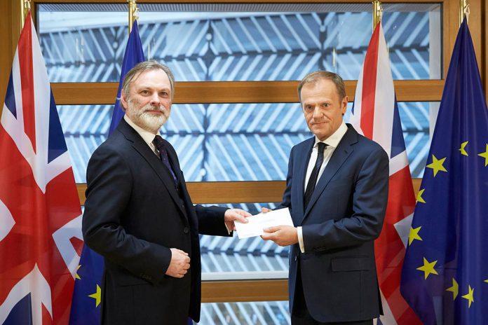 Tim Barrow, representante permanente do Reino Unido junto da EU, à esquerda, entrega carta de ativação do artigo 50 a Donald Tusk, Presidente do Conselho Europeu.