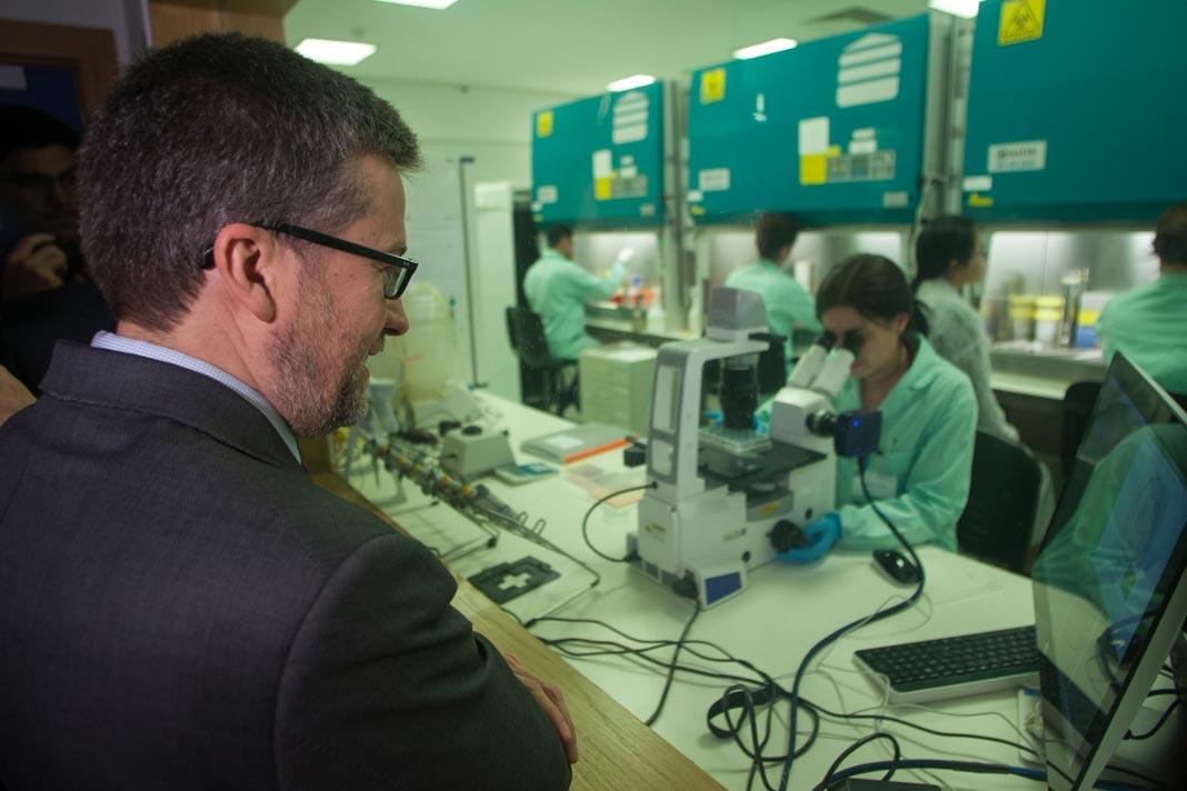 Carlos Moedas visita unidade de investigação em Portugal