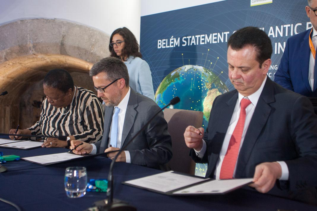 Assinatura da Declaração de Belém, Naledi Pandor, Ministra da Ciência e Tecnologia da Africa do Sul, Carlos Moedas, Comissário Europeu, e Gilberto Kassab, Ministro de Estado da Ciência, Tecnologia, Inovações e Comunicações do Brasil (da esquerda para a direita).