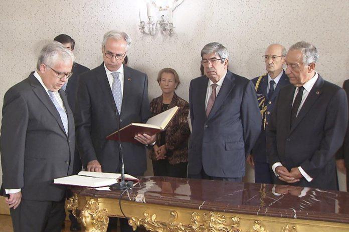 Eduardo Cabrica (à esquerda) toma posse como Ministro da Administração Interna