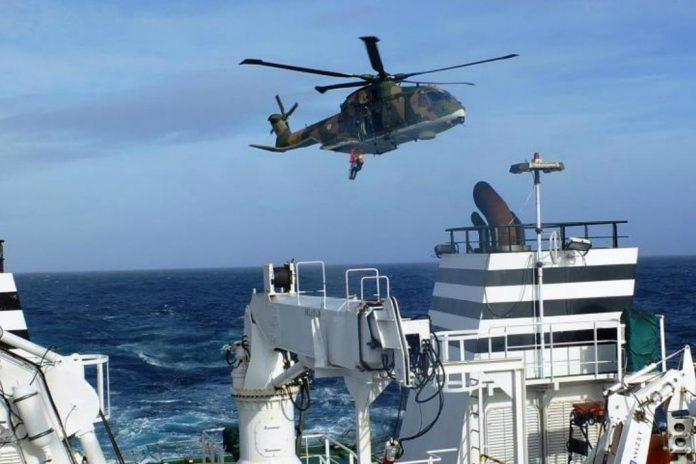 Evacuação de tripulante do navio hospital 'Juan de la Cosa'