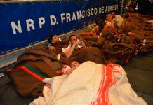 Migrantes resgatados de naufrágio.