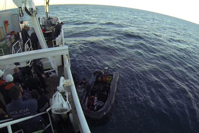 Mergulhadores da Marinha em operação à embarcação de pesca naufragada 'Veneza'
