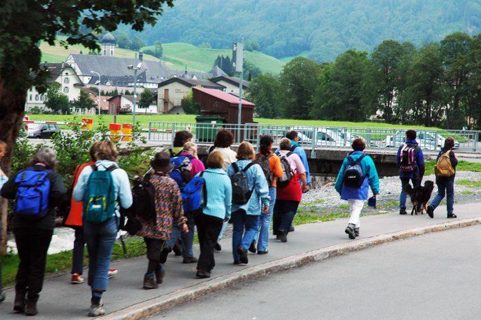 Pessoas em caminhada