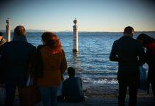 Pessoas junto ao Cais das Colunas, Lisboa