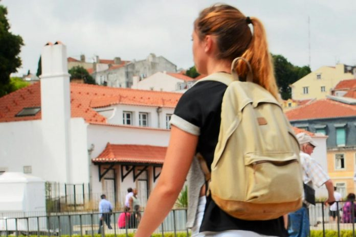 Jovem com mochila (imagem de arquivo)