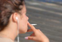 Mulher a fumar