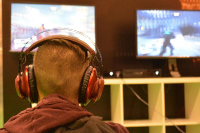 Jovem a jogar videojogo de ação