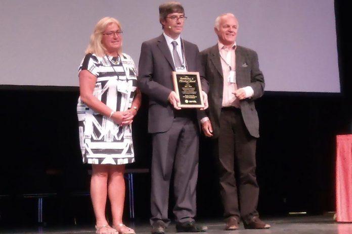 Rui L. Reis, ao centro, com prémio TERMIS-EU de Contribuições para a Literatura Científica