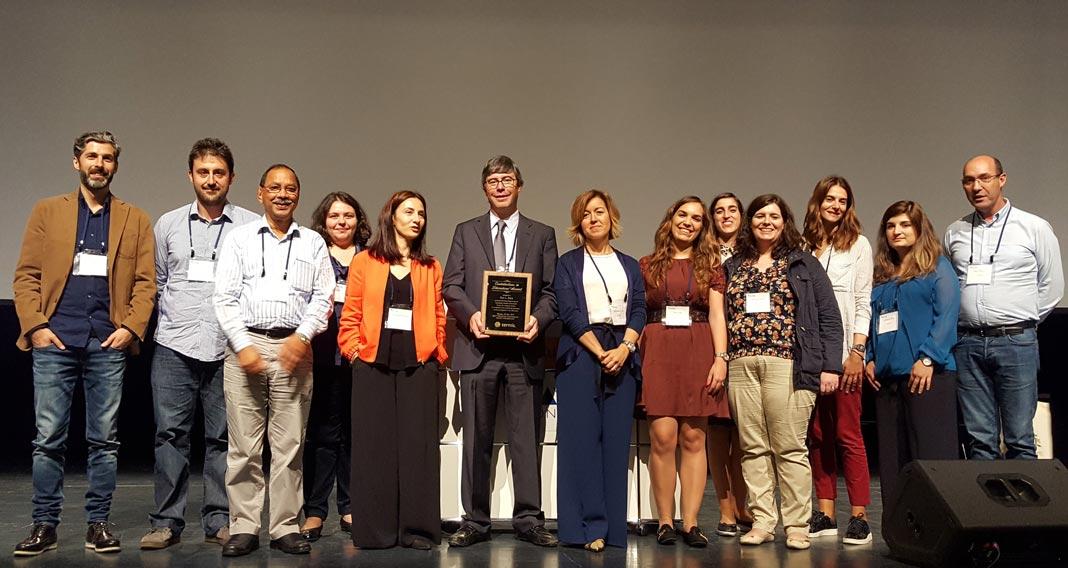 Rui L. Reis, ao centro, com prémio TERMIS-EU de Contribuições para a Literatura Científica, e membros da equipa