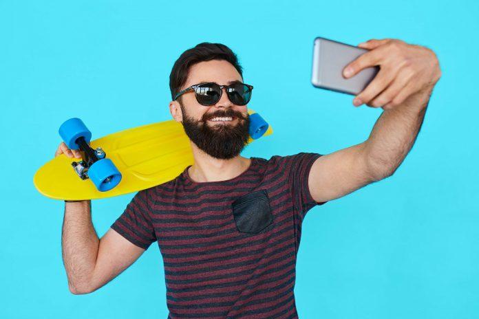 Publicação excessiva de imagens e selfies nas redes sociais associada a narcisismo