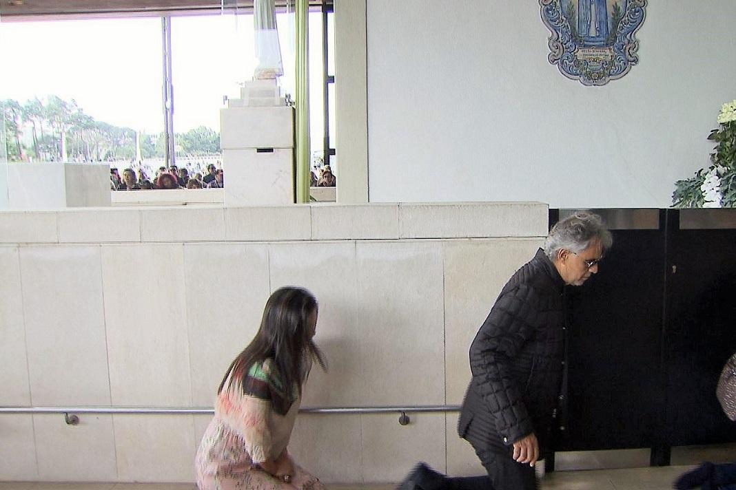 Andrea Bocelli rezou na Capelinha das Aparições antes do recital, em Fátima