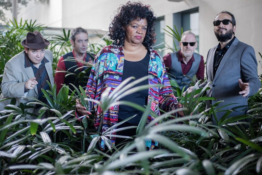 Velma Powell acompanhada pela banda Bluedays