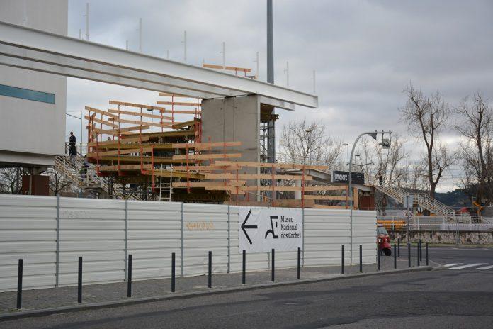 Construção da passagem superior de peões do novo Museu dos Coches