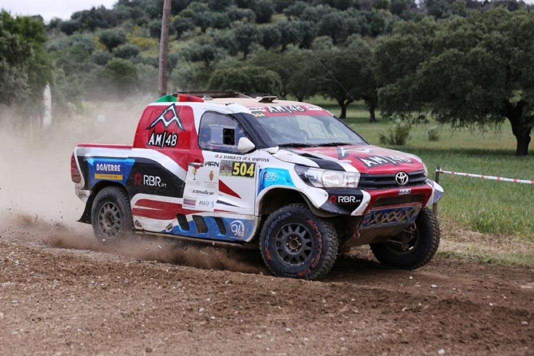 Alejandro Martins aos comandos de uma Toyota Hilux.