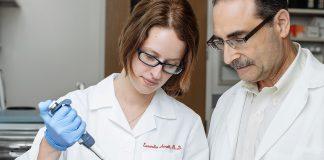 Eusondia Arnett e Larry Schlesinger, investigadores de TB da Texas Biomed.