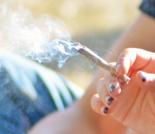 OMS alerta que fumar eleva o risco de complicações pós-cirurgia
