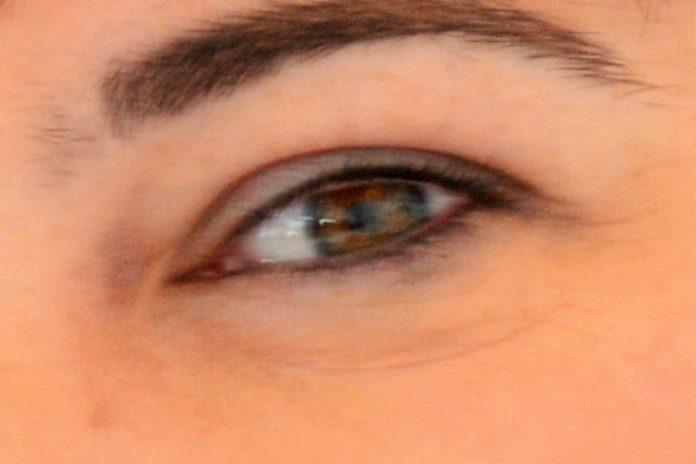 Risco das lágrimas conterem coronavírus é baixo mas os olhos são uma entrada