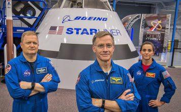 Astronautas (a partir da esquerda) Eric Boe, Chris Ferguson e Nicole Mann vão ser os tripulantes do voo inaugural do Boeing CST-100 Starliner à Estação Espacial Internacional.