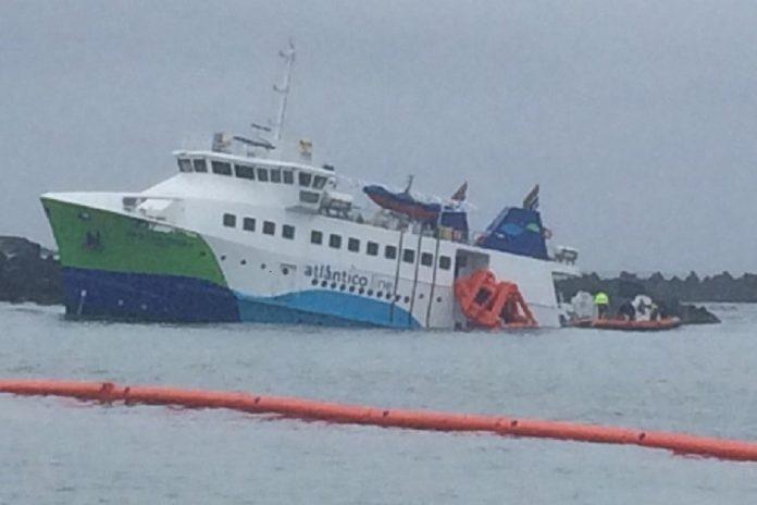 Navio 'Mestre Simão' da Atlanticoline encalhado no Açores