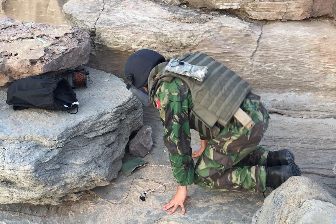 Militar a proceder à inativação de engenho explosivo na praia da Lourinhã.