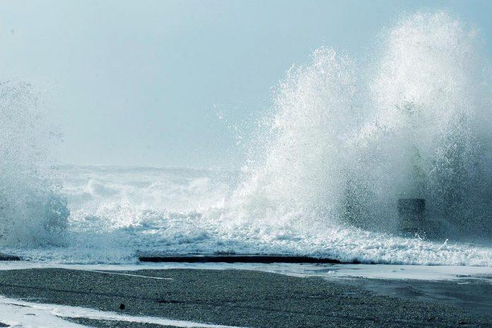 Alerta de mau tempo com vento forte e ondas até 12 metros