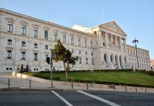 Contratação de bolseiros doutorados é pedida pela Assembleia da República