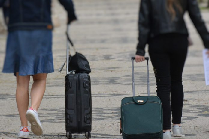Como reduzir os riscos da COVID-19 numa viagem de férias