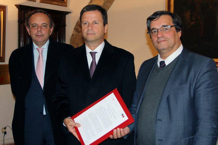 Cátedra de Jurisprudência Brasileira na Universidade de Coimbra, Rui de Figueiredo Marcos, Cláudio Lamachia, Joaquim Ramos de Carvalho (da esquerda para a direita)