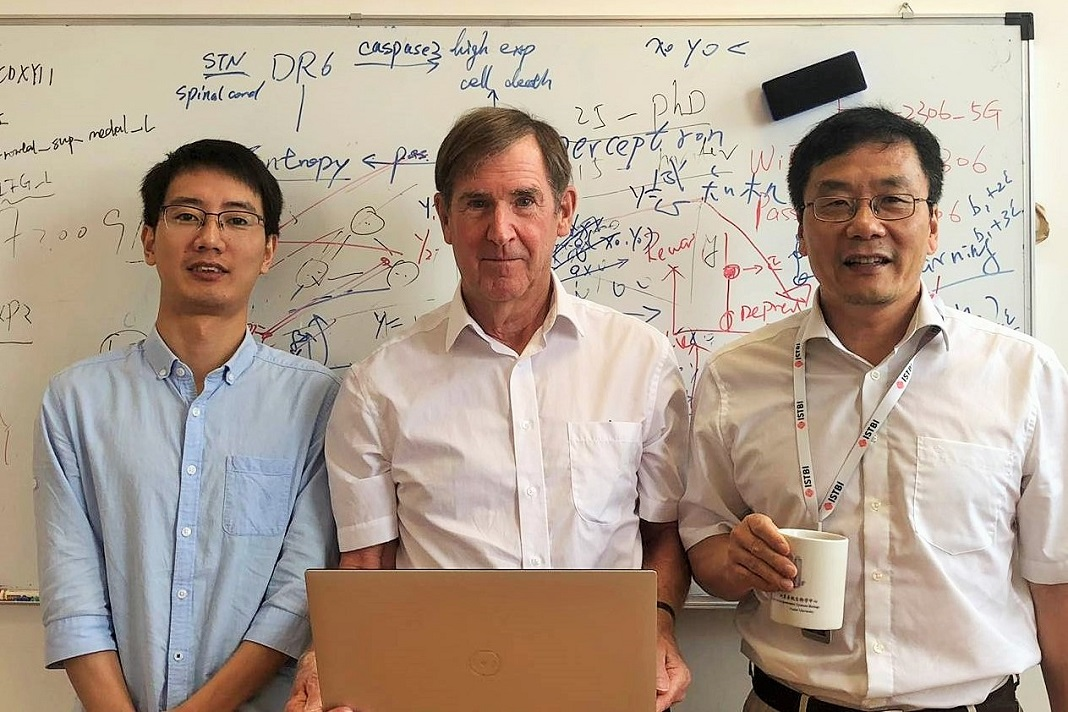 Da esquerda para a direita: Wei Cheng da Universidade de Fudan, Jianfeng Feng e Edmund Rolls da Universidade de Warwick. Foto: Universidade de Warwick