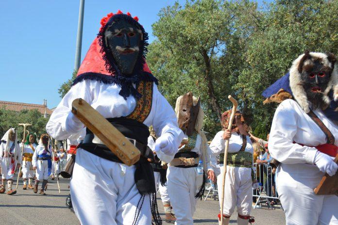 Desfile da Máscara Ibérica em Lisboa reúne grupos de seis países
