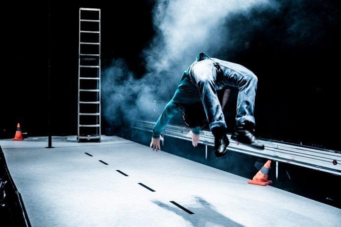 """""""VÃO"""" entre o real e o imaginário: circo no Teatro Carlos Alberto"""