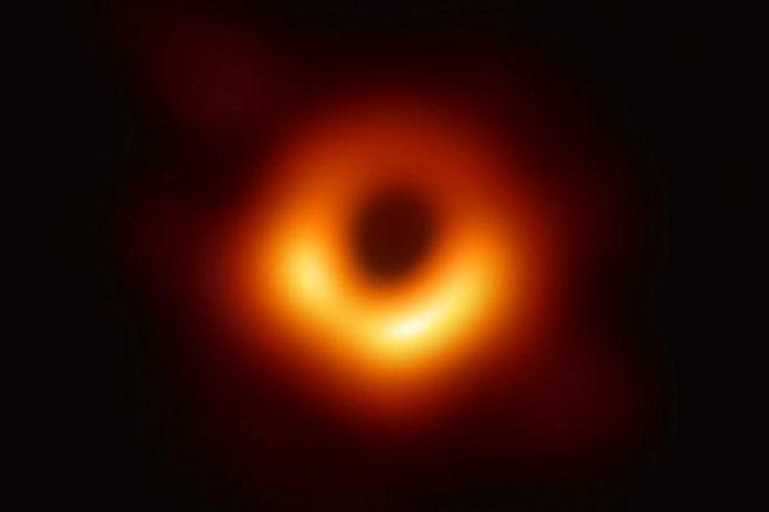 Astrónomos revelam primeira imagem de um buraco negro e confirmam Einstein