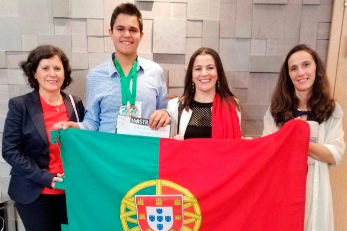 Rodrigo Carvalho, aluno da EPTOLIVA, premiado em Mostra de Ciência no Brasil