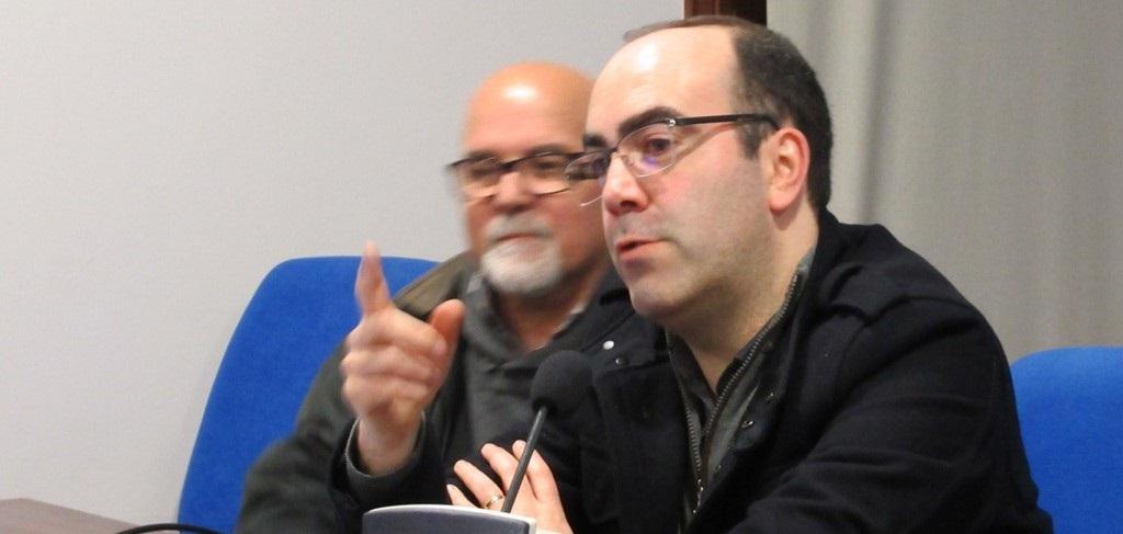 O historiador Daniel Bastos (dir.), acompanhado do fotógrafo Pereira Lopes, organizador do festival iNstantes, no decurso da conferência da homenagem a Gérald Bloncourt