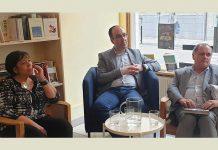 Livro de Daniel Bastos sobre Gérald Bloncourt apresentado em Bruxelas: Elisabete Soares, à esquerda, Daniel Bastos, ao centro, e Paulo Pisco, à direita.