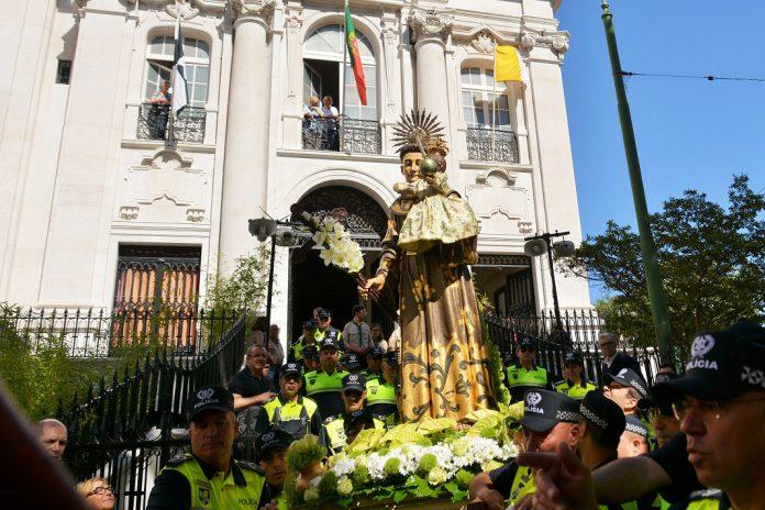 Santo António leva milhares em procissão pelas ruas de Alfama